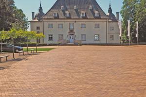 Nachdem der Kreis das Schloss mit Nebengebäuden und zugehörigen Außenflächen erworben hatte, wurde die Anlage umfangreich saniert.