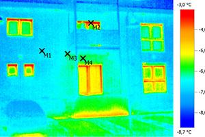 """Die Analyse mit der Wärmebildkamera """"testo 882"""" zeigt: Die Dämmhülle des sanierten Gebäudes ist dicht. Dank """"Isokorb R"""" gibt es auch am Balkon keine Wärmebrücken. Die Bildmarkierungen stellen die vier Messpunkte dar"""