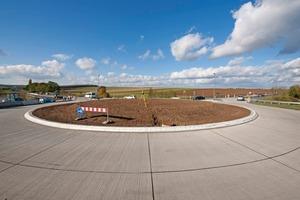 """im Hintergrund: 2007 erstmals im Rheinland ausgeführt, hat nun auch Bayern in der Marktgemeinde Werneck eine erste Kreiselanlage mit einer dauerhaften Betondeckschicht<br /><br />unten: Gerade bei Verkehrsabschnitten mit einem hohen Lkw-Aufkommen, insbesondere in Kreisverkehrsanlagen, bewährt sich das Bauen mit Beton gegenüber der konventionellen Bauweise<br /><span class=""""bildunterschrift_hervorgehoben"""">Fotos:HeidelbergCement/Fuchs</span><br />"""