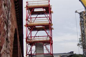Der Gerüstturm wird einfach und schnell mit dem Kran umgesetzt. Aufbau, Umsetzen und Abbau gehen doppelt so schnell wie bei konventionellen Klettersystemen<br />