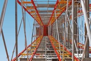 Die 2,00 m breiten Traggerüstscheiben sind in Längsrichtung über Schwerlastspindeln und Richtstützen zu Lasttürmen verbunden<br />