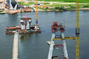 """Die Schrägseilbrücke über die Oka mit zwei Mal 231 m Spannweite wird von drei Pylonen mit knapp 90 m Höhe getragen. Dafür bot Peri effiziente Kletterschalungssysteme und umfassenden Service                                                                <span class=""""bildunterschrift_hervorgehoben"""">Foto: Peri</span>"""