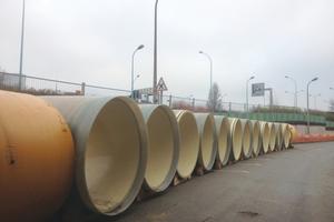 Rohrlager der Hobas GFK-Rohre entlang der vielbefahrenen Straße<br />