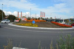 links: Die beiden Kreisverkehre am Berliner Ring und die Zufahrten zum Baumarkt OBI wurden mit Klebebordsteinsystemen aus dem Hause Hermann Meudt realisiert.