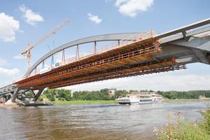 Waldschlößchenbrücke: Zwei Stahlbögen mit einer Spannweite von 148m tragen den Mittelteil der Waldschlösschenbrücke. Sie erheben sich 26m oberhalb der Elbe und tragen die Fahrbahn<br />