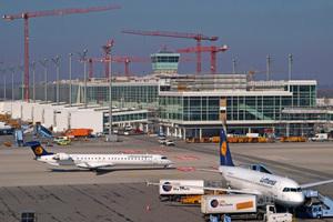 links: Das künftige Satellitengebäude für das Terminal 2 nimmt zunehmend Gestalt an: Die Arbeiten an der Fassade und im Zentralbereich sind bereits weit fortgeschritten, nach und nach werden die Stege für die 27 Fluggastbrücken eingehängt. Es ist bereits gut zu erkennen, wie der Vorfeldtower in das Gebäude integriert wirdoben: Der BF 800 C mit der S 500 Hochleistungsbohle sorgt für optimale Einbauergebnisse – auch unter erschwerten Bedingungen