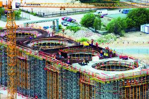 2Vier Stahlbetonringe mit sechs Metern Innenradius dienen zur Aufnahme der 55 m hohen Stahlbehälter für die Sorptionsmittel