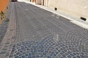 Perfekter Übergang: Dank der Bogenform des Betonpflasters ArcoSwing, erfolgt ein harmonischer Übergang vom Basaltpflaster auf die neu sanierte Pflasterfläche.