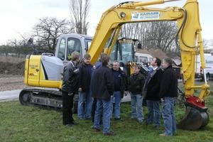 Die Unterweisung an der Maschine, hier einem New Holland Kettenbagger E80B, war ein wichtiger Teil des Lehrgangs