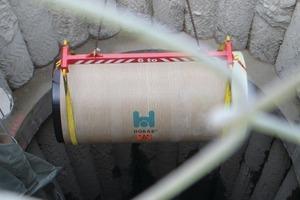 Herablassen des Hobas Druck-Vortriebsrohres in die Baugrube<br />