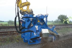 Beide Fotos: Deutlich schneller als mit dem Tieflöffel zieht dieser 2-Wege-Bagger mit der hydraulischen Anbau-Grabenfräse GMA-140 AFH von LIBA (Lingener Baumaschinen) am Schnellwechsler bis zu 150 cm tiefe Gräben<br />