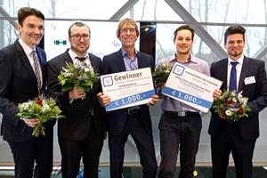 """Gewonnen: Die """"Erfinder"""" und Gelsenwasser-Mitarbeiter Philipp Jünemann (2.v.l.) und Rüdiger Szymczak  (3.v.l) nahmen den Innovationspreis für die Schirmspülung auf der InfraTech von den Jury entgegen. Repräsentiert wurde diese durch Dr. Uli Paetzel (l., Vorstandsvorsitzender der Emschergenossenschaft) und Dr. Sissis Kamarianakis vom Institut für Unterirdische Infrastruktur gGmbH (IKT).  Abbildung: Gelsenwasser AG"""