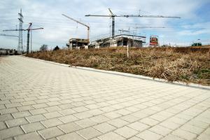 """Das Baugebiet """"Hohlgrabenäcker"""" in Stuttgart-Zazenhausen im Jahre 2008: Rund 16.000 m² Sickerpflaster erfüllen ihre Funktion als wasserdurchlässige Flächenbefestigung in optimaler Weise. <br />"""
