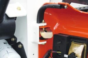 Das Besondere liegt oft im Detail: Eine Arretierung sorgt dafür, dass bei Arbeiten am Motor die Motorhaube offen stehen bleibt<br />