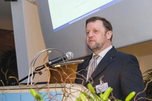 Prof. Thomas Wegener, Vorstandsmitglied des Instituts für Rohrleitungsbau an der Fachhochschule Oldenburg e.V. und Geschäftsführer der iro GmbH Oldenburg, eröffnet das 28. Oldenburger Rohrleitungsforum