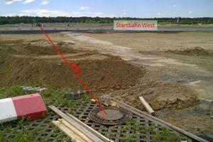 v.l.n.r.: Die zu sanierende Schmutzwasserleitung DN 300 querte die Startbahn West des Frankfurter Flughafens. Die Fahrzeuge der D&S-Rohrsanierung erhielten in der Schleuse der Fraport einen Sicherungscheck.