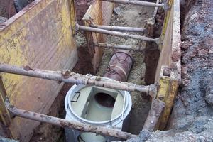 Das HS-Kanalrohr wird mittels Schachteinbindemuffe von Funke Kunststoffe in das Schachtbauwerk eingebunden<br /><br /><br /><br />