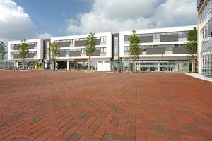 Moderne Architektur und ein farbenfrohes Belagmaterial haben ein modernes Quartier entstehen lassen, welches zum Flanieren einlädt<br /><br />