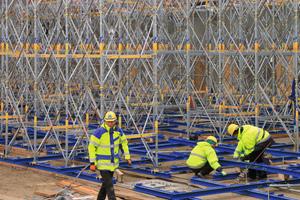 Das versierte Schalungsvormontage-Team von Doka baute am Flughafen BBI 10 m hohe Lasttürme aus Staxo 40 auf
