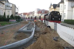 """<span class=""""bildunterschrift_hervorgehoben"""">Goethestraße:</span> Die Maßnahmen umfassen die Sanierung der Regen-, Schmutz- und Trinkwasserleitungen, der Gas- und Stromleitungen, der Gleisanlagen der historischen Schmalspurbahn Molli sowie der Fahrbahn- und Gehwegbeläge<br />"""