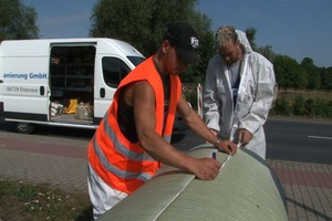 Foto 5: Vorbereitung des flexiblen Rehabilitationsrohres zum Einführen in den Altschacht
