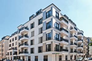 Modernes Wohngebäude mit nachträglich angehängten Balkonen. <br />