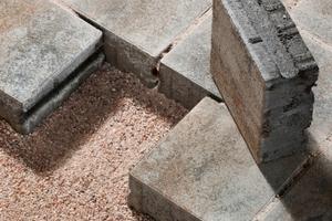 Wasserdurchlässige Flächenbeläge bestehen als DIBt-geprüfte Systeme aus Stein, Bettung und Fuge. Im Material von Bettung und Fuge werden Schadstoffe dauerhaft zurückgehalten.
