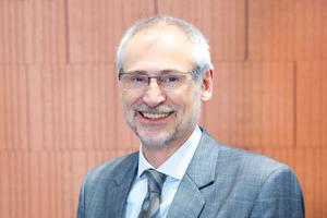 Hans R. Peters ist Vorstandsvorsitzender der Arbeitsgemeinschaft Mauerziegel (AMZ) und Geschäftsführer des mittelständischen Verbunds Mein Ziegelhaus. Der Bauingenieur beschäftigt sich seit vielen Jahren mit wohngesunden Baustoffen.