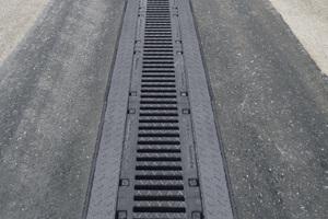 re.: Im BMW-Werk in Dingolfing wurden insgesamt 1.130 m Entwässerungsrinnen eingebaut, aufgeteilt in zwölf Rinnenstränge mit Längen zwischen 10 und 240 mli.: Am BMW Standort Wackersdorf musste die Entwässerung den besonders hohen Radlasten von Container-Staplern standhalten