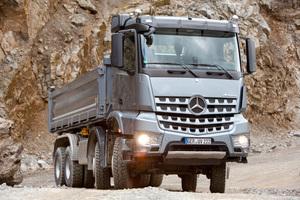 Den Mercedes-Banz Arocs gibt es jetzt auch mit&nbsp; Hydraulic Auxiliary Drive, einem zuschaltbaren Hydraulikantrieb für die Vorderachse.<br />
