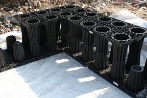 Seitenwände als äußere Begrenzung des Systems sowie Abdeckungen in der obersten Lage bieten eine saubere Anlagefläche für das umhüllende Geotextil