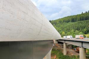 Sichtbeton-Kappen in höchster Güte und Präzision, ausgeführt mit dem unten fahrenden Schalwagen TU