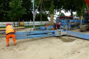 Montage eines Führungsrahmens mit Linearverbauträgern und U-Laufwagen.<br />