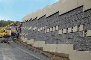  Innovatives Design. Mit Granitstein befüllte Wandverkleidungskörbe von Rothfuss verleihen dieser Stützwand auf der A8 bei Karlsbad ein natürlich leichtes Aussehen Speziell angefertigte Tische beschleunigten das Befüllen der Wandgabionen. Zum Teil wurden die Steine von Hand eingeschichtet, um ein kompaktes Aussehen zu erzielen