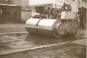 """BOMAG damals und heute: die 7 t schwere selbstfahrende Tandemwalze mit Doppelvibration BW 200 (links) und die moderne BW 213<br /><span class=""""bildunterschrift_hervorgehoben"""">Fotos: Bomag</span><br />"""