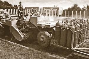 """Das historische Bild zeigt eine der ersten Warmfräsen vom Typ SF 2450 auf einem Baustelleneinsatz in Deutschland Anfang der 70er Jahre. Die innovative Kaltfräse W 150 steht für die neue Großfräsengeneration und wurde Anfang 2008 auf den Markt gebracht<span class=""""bildunterschrift_hervorgehoben"""">Fotos: Wirtgen GmbH</span><br />"""