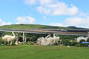 Samstag, 22. Juni, 10:02 Uhr: Zündung. Knapp 200 kg Sprengstoff lassen die Pfeiler der alten Sinntal-Brücke wie Zollstöcke zusammenklappen.