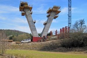 Die imposanten V-Stützen sind als Hohlpfeiler auszuführen, mit einer Fußabmessung von 2,80 m x 5,28 m und einer umlaufenden Wandstärke von 0,40 m<br />