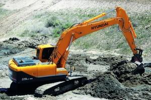 Der neue 22-t-schwere Kettenbagger R 220 LC-9A kann live in Rendsburg getestet werden. Durch die neue Proportionalsteuerung ist die Feinfühligkeit der Arbeitsbewegungen wesentlich verbessert worden