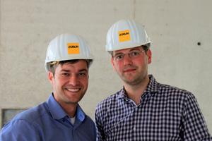 Waren mit dem Kundenportal myDoka stets aktuell informiert: (v. l.) Projektleiter Jörg Henning, Bauleiter Tobias Zeibig.