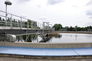 Im Nachklärbecken wird die Biomasse vom Wasser getrennt. Im mittig aufragenden Königsstuhl befinden sich die Zu- und Ableitungen für Abwasser und Klärschlamm sowie die Achsen und die Technik für die Rundräumer <br />