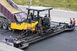 """Der ABG8820B von Volvo ist für mittlere und große Straßenbauprojekte konzipiert und kann dank """"Smart Power"""" bis zu 30 % Treibstoff sparen<span class=""""bildunterschrift_hervorgehoben"""">Foto: Volvo</span><br />"""