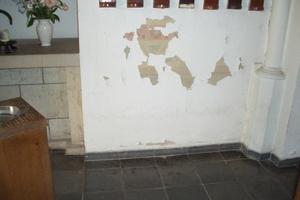 Der Salzschaden im unteren Bereich führte dazu, dass man die Wandmalereien einfach nur Weiß überstrich. Auch eine Art, wie man einem Problem begegnen kann :-)