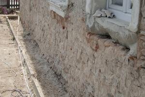 Vor den Verputzarbeiten ist der Altputz vollständig vom Mauerwerk abzunehmen und zu reinigen, um einen guten Verbund zum Untergrund zu erhalten.
