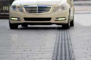 """Durch seine <span class=""""bildunterschrift_hervorgehoben"""">straßenübliche Belastbarkeit</span> eignet sich Bircos Verbund von Rinnensystem und Blindenleitabdeckung für alle Flächen, die Fußgänger und Fahrzeuge gemeinsam nutzen<br /><br />"""