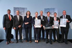 """Prof. Dr.-Ing. Josef Zimmermann (2.v.l.) und Annemarie Lütkes (3.v.l.), Regierungspräsidentin von Düsseldorf, übergaben den Preis an die Gewinner Stefan und Peter Jökel (6. und 7.v.l.). Für Heitkamp & Hülscher nahmen Erwin und Anna Hülscher (5. und 4.v.l.) den Preis in der Kategorie """"Tief- und Straßenbau (kmU)"""" entgegen, in der Kategorie """"Tief- und Straßenbau (gU)"""" gewann Fa. Heckmann (rechts im Bild: Geschäftsführer Martin Karnein)."""