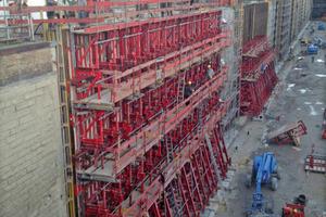 Die mächtige Stützkonstruktion aus dem 4,50 m hohen Stützbock plus 6 Aufsätzen à 1,50 m Höhe halten die Schalung, mit der gegen die Mittelwand eine Vorsatzschale betoniert wird