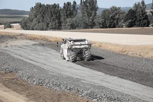 Material mit einer Körnung von bis zu 350 mm muss in einem Übergang 50 cm tief zerkleinert werden. Auf der Baustelle vollbringt der WR 240 / WR 240 i hohe Tagesleistungen von bis zu 12.000 m<br />