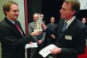 Übereichung des Preises von Prof. Jens Hölterhoff an den Vertreter der Berliner Wasserbetriebe, Herrn Torsten von Trotha<br />