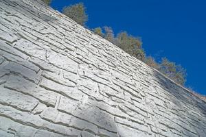 Die Struktur einer gemauerten Natursteinwand wurde dem Beton mithilfe von Noeplast Strukturmatrizen verliehen